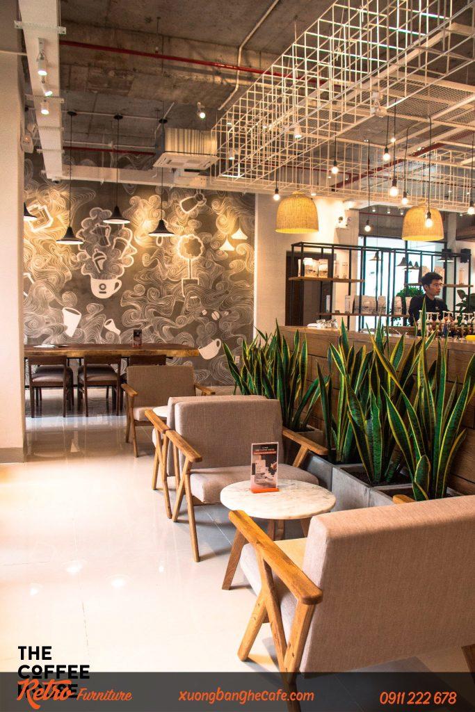 Sử dụng bàn ghế bằng gỗ kết hợp với sofa tạo nên sự khác biệt và tinh tế cho quán