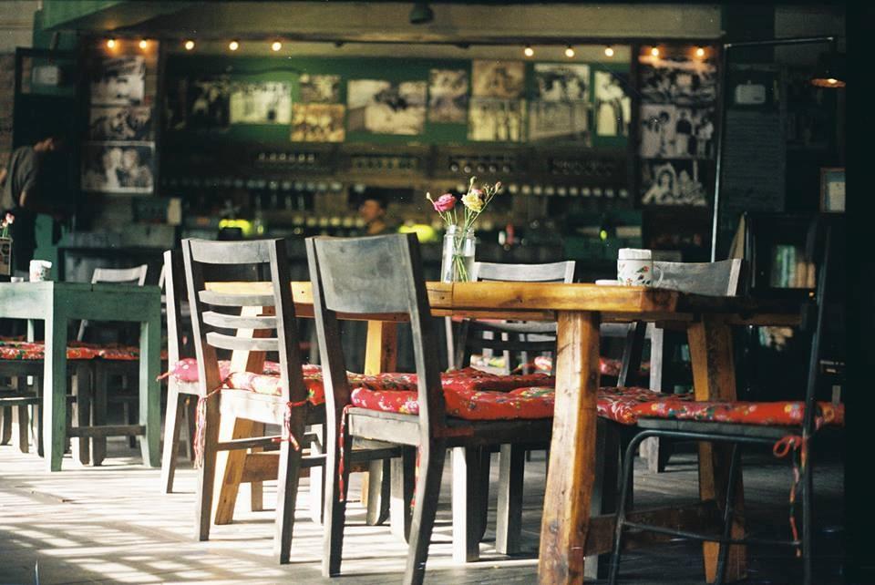 Bàn ghế cafe vintage thường có màu nâu sẫm và chất liệu bằng gỗ
