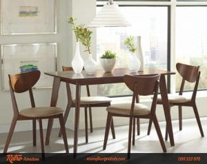 Bàn ghế gỗ cao su được rất nhiều người lựa chọn, tạo nên điểm nhấn cho quán cafe
