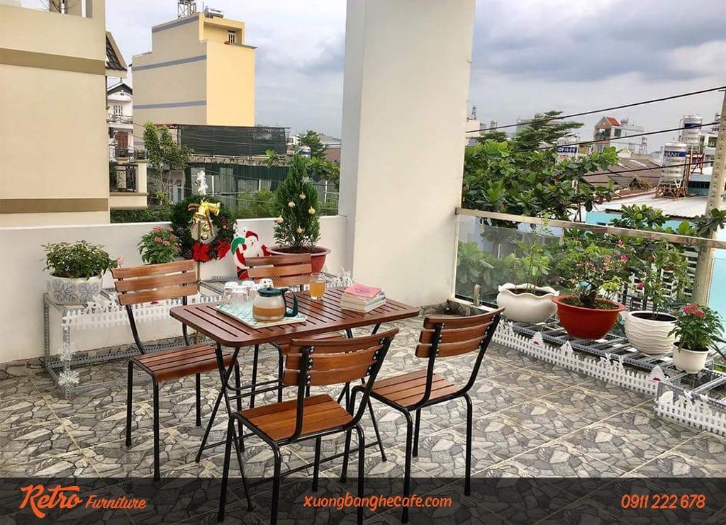 Loại bàn ghế chân sắt mặt gỗ rất được ưa chuộng tại các quán cà phê sân vườn