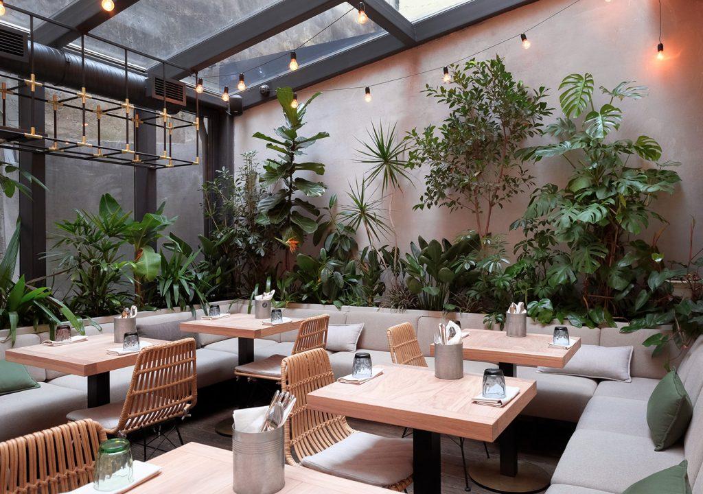 Không gian bàn ghế cà phê sân vườn bền đẹp