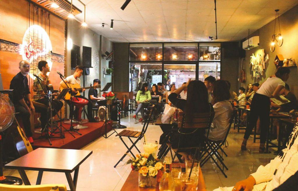 Các quán cafe acoustic là nơi gặp gỡ, giao lưu cho những ai yêu âm nhạc.