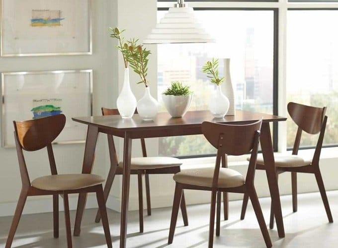 Không gian mộc mạc, thanh lịch với bàn ghế cafe gỗ