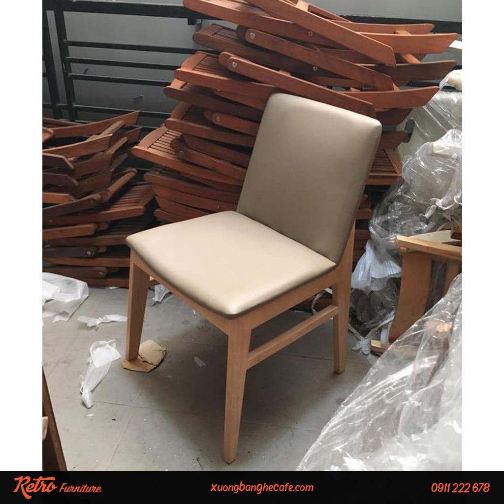 Bàn ghế gỗ nệm sofa rất được ưa chuộng tại các quán cafe.