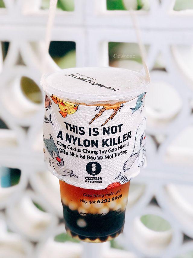 """Khi mà sử dụng nguyên liệu xanh, tái chế đang được cộng đồng ủng hộ. Các quán cafe đã nhanh chóng bắt """"trend"""" ra mắt quai vải, vừa đẹp mà vừa góp phần thay đổi thói quen sử dụng vật liệu nilon."""