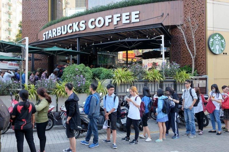 Tuy có giá thành cao ngất, nhưng Starbucks vẫn luôn nườm nượp khách hàng bởi vì họ đã định vị đúng đối tượng. Đó chính là giới trẻ, những người thành đạt.