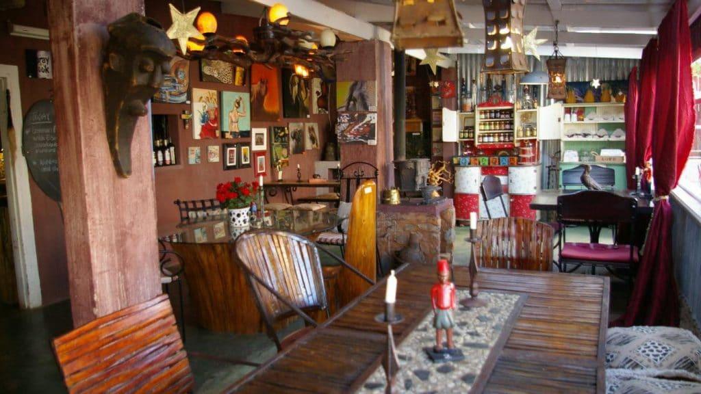 Không gian nội thất quán cafe được trang trí theo phong cách Bohemian