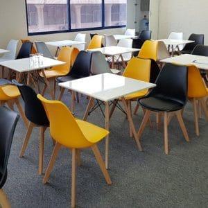 Phong cách Retro: Bàn ghế nhựa tô điểm sắc màu cho quán cafe
