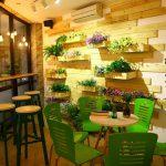 10 mẫu bàn ghế gỗ thu hút khách hàng cho quán trà sữa