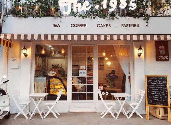 Ghế xếp góp phần tạo nên nét xinh xắn cho quán cafe