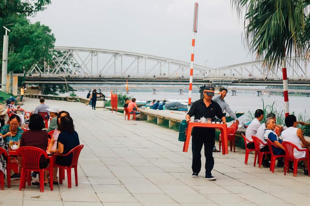 Một quán cafe cóc có view khá đẹp nhìn ra cầu Trường Tiền