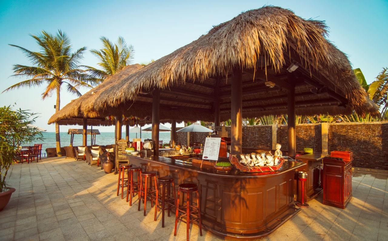 Quầy bar mái tranh bên cạnh bãi biển thơ mộng