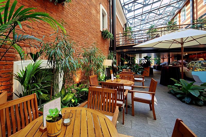 Quán cafe có mái che bảo vệ nội thất bên trong