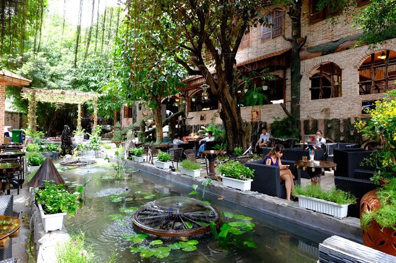 Không gian mở ngoài trời, nhâm nhi cafe dưới những tán cây xanh và nghe tiếng nước chảy