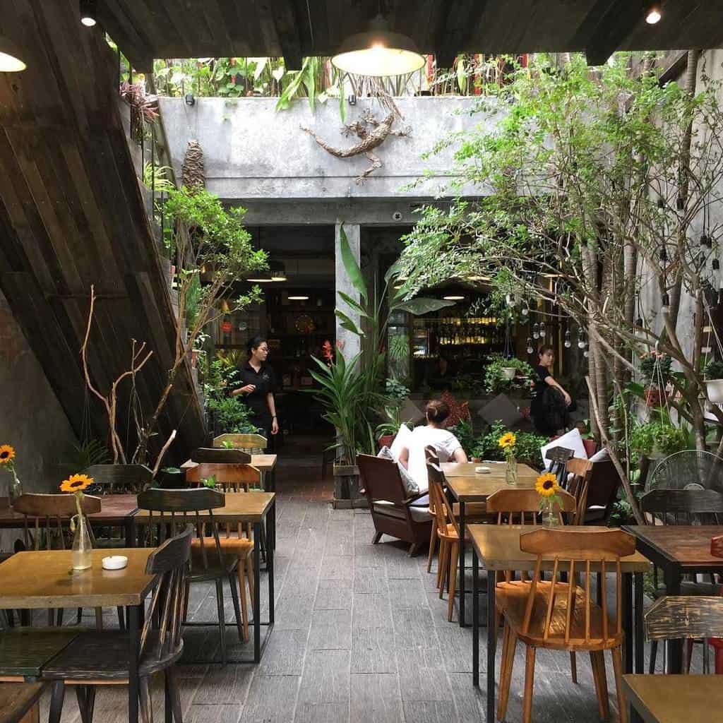Một góc cafe sân vườn sử dụng chất liệu bàn ghế gỗ chấm phá phong cách