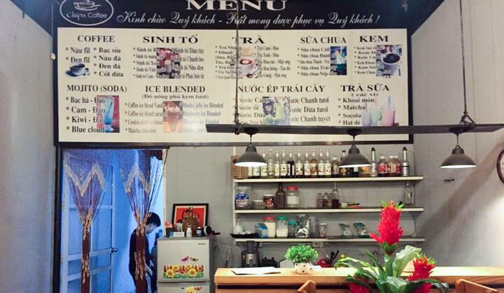 Bảng menu cafe đặt ở nơi dễ quan sát và chọn món