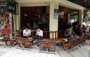 Cà phê cóc là nơi nhiều khách hàng lựa chọn nhâm nhi cà phê và nhìn người qua lại