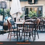 Bàn ghế cafe ngoài trời: nên chọn bàn ghế gỗ, sắt hay nhựa?