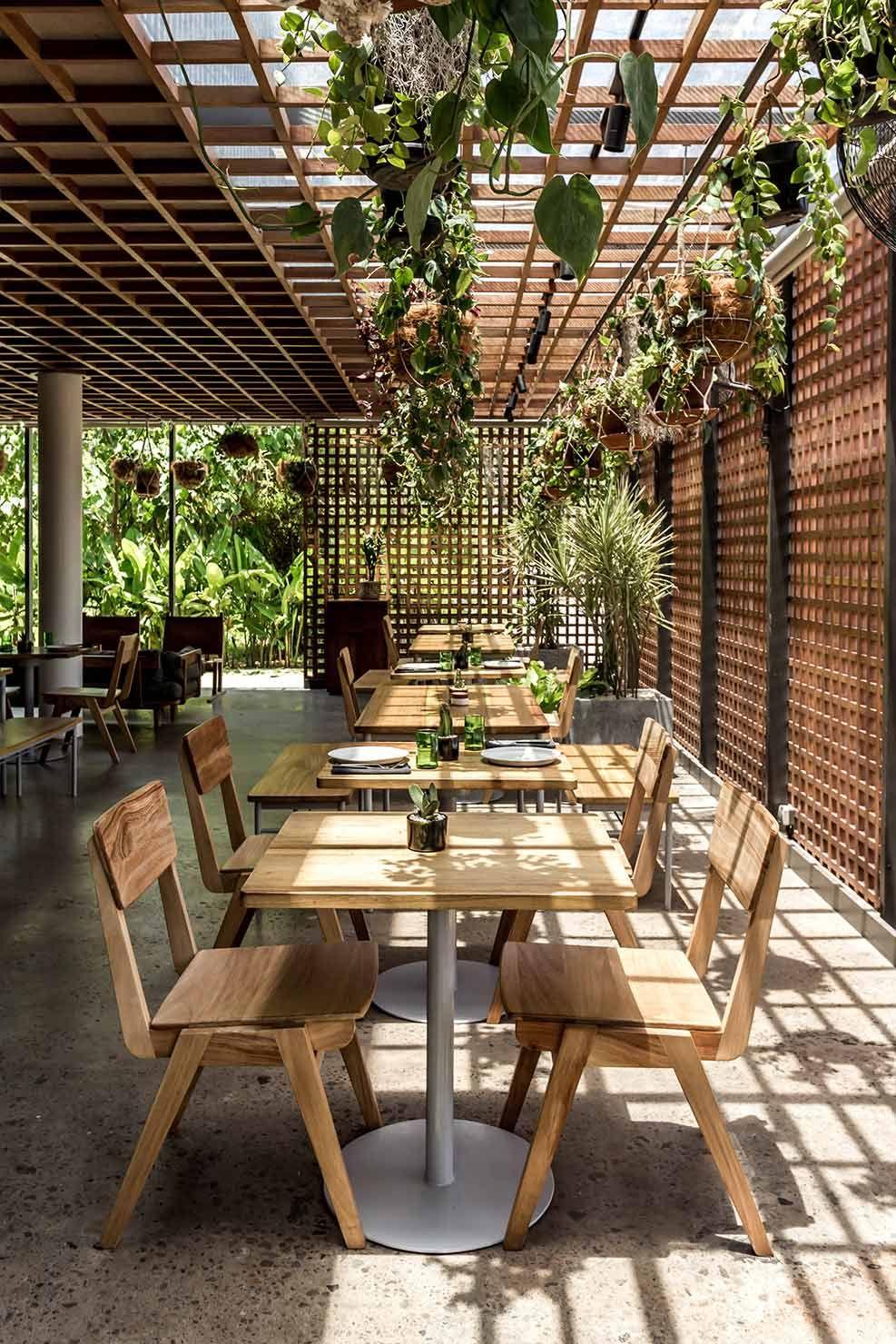 Không gian thêm độc đáo với bàn ghế gỗ