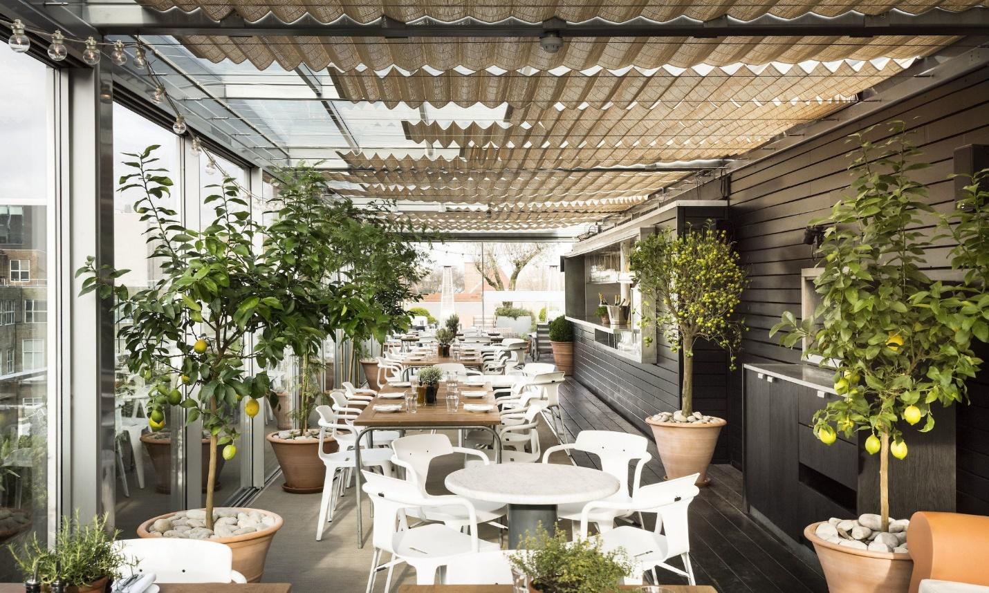 Quán cà phê sân thượng với bàn ghế nhựa