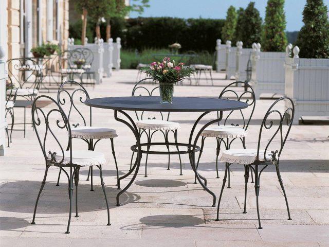 Thiết kế ghế sắt với những đường cong đầy duyên dáng