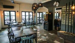 Màu sắc bàn ghế quán cafe hòa hợp với không gian kiến trúc