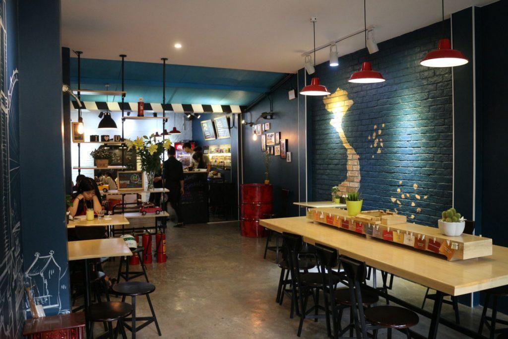 Đèn rọi ray trang trí tạo nét thơ mộng cho quán cafe
