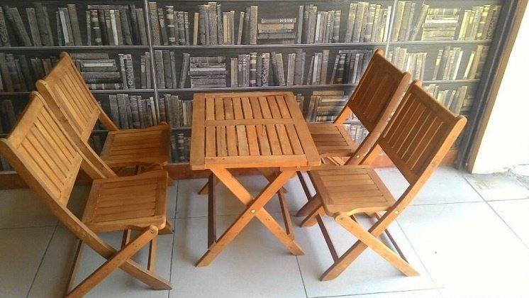 Bàn ghế gỗ xếp vẫn rất hợp thời trang nếu chủ quán biết cách thiết kế
