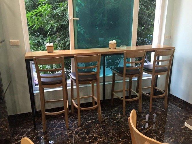 Bàn ghế gỗ bar thường được sắp xếp ở các góc của quán cafe