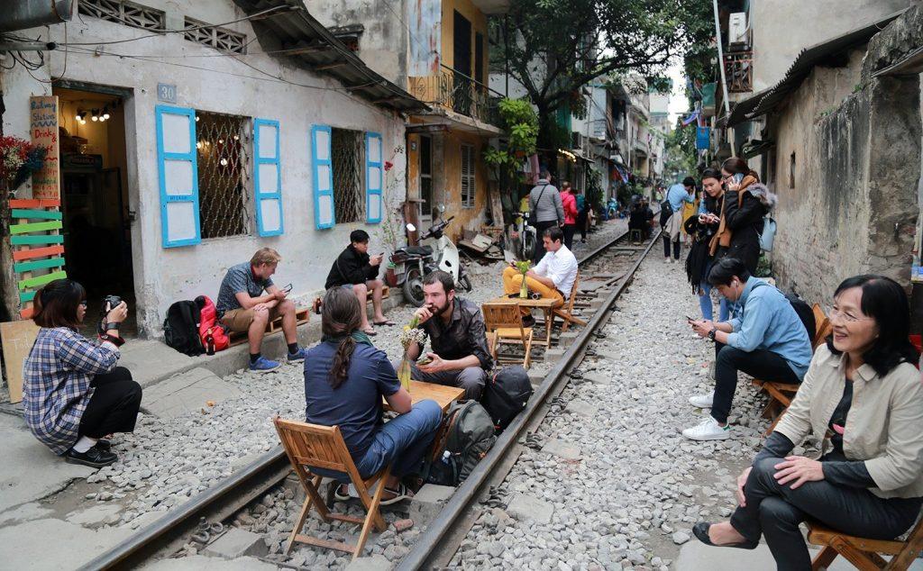"""Chỉ với vài bộ bàn ghế gỗ xếp được đặt giữa đường ray đã tạo nên 1 quán cafe có """"1 0 2"""" này ở Hà Nội."""