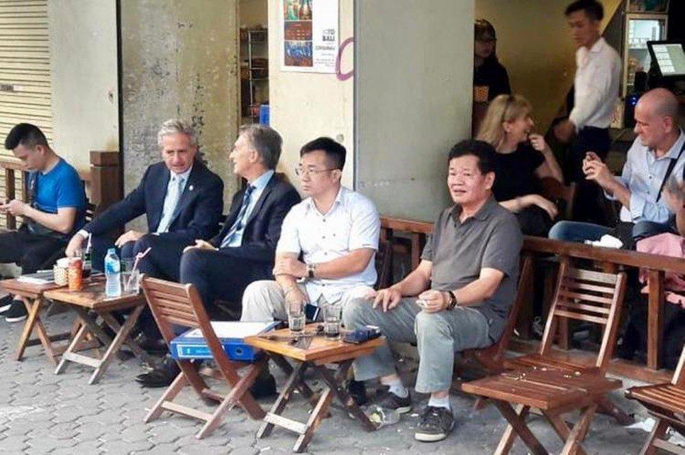Đến Việt Nam, Tổng thống Argentina cũng không quên thử 1 lần ngồi ghế gỗ uống cafe cóc ở Hà Nội.