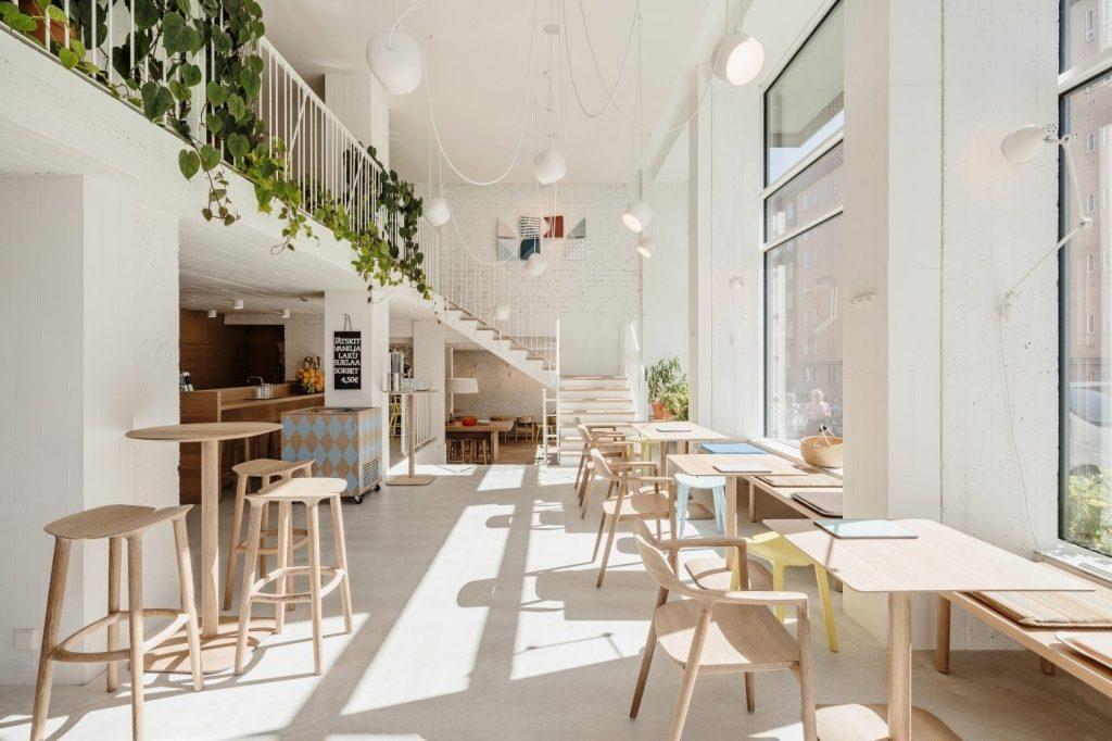 Lựa chọn màu sắc bàn ghế hài hòa với không gian của quán.