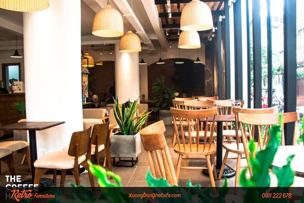 Mẫu ghế gỗ cafe Pinnstol tại một chi nhánh cafe The Coffee House