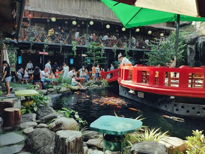 Quán cafe sân vườn với điểm nhấn là hồ nước xanh mát