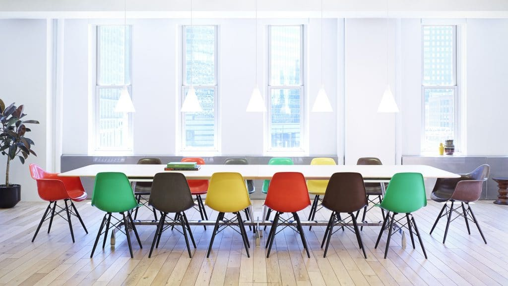 Bắt mắt với bàn ghế nhựa nhiều màu sắc sặc sỡ
