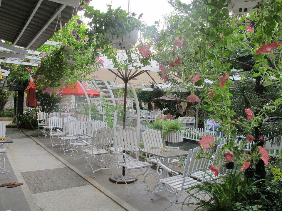 Màu sắc bàn ghế cafe đồng bộ cũng là một cách tạo điểm nhấn