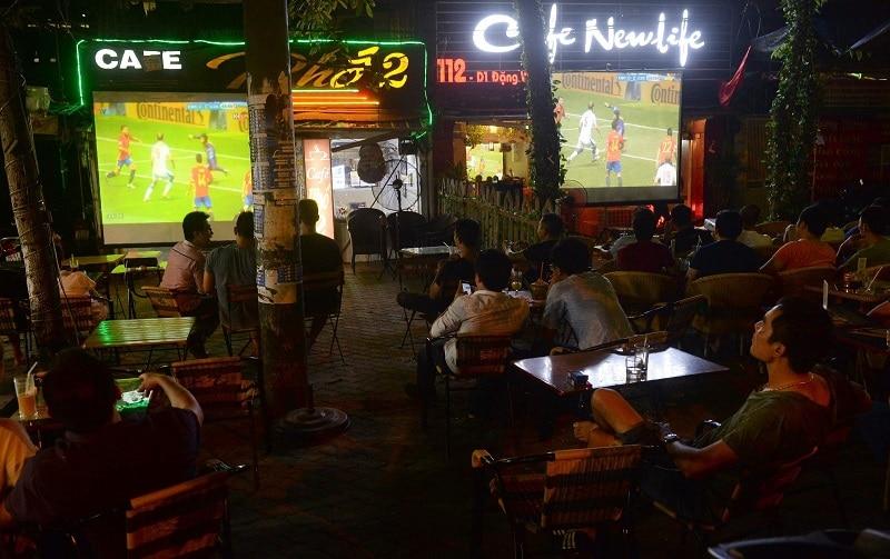 Cà phê bóng đá thu hút nhiều khách hàng nam giới