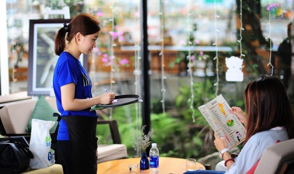 Thái độ và năng lực của nhân viên phục vụ là yếu tố quan trọng giữ chân khách hàng