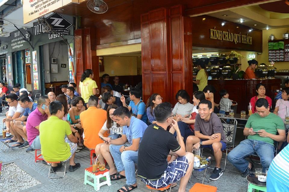 Quán cà phê vỉa hè lúc nào cũng đông khách
