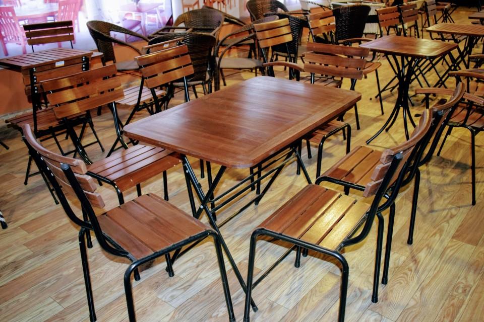 Bàn ghế gỗ đẹp khung sắt chắc chắn