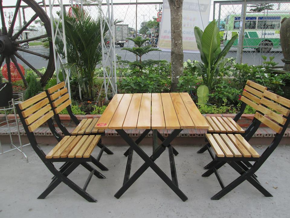Bàn ghế gỗ cà phê kết hợp gỗ và khung sắt chắc chắn
