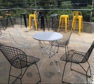 Hiện đại với bàn ghế sắt