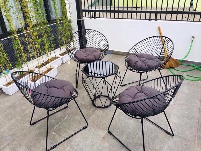 Bàn ghế được làm từ kim loại
